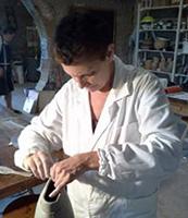 Mara Funghi lavora un vaso